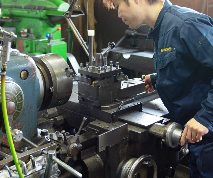 「汎用工作機」を高い技術で扱える職人(写真)